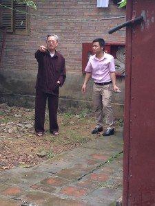 Chú Chiến - Trưởng BQL Đền Trần đang chỉ đạo